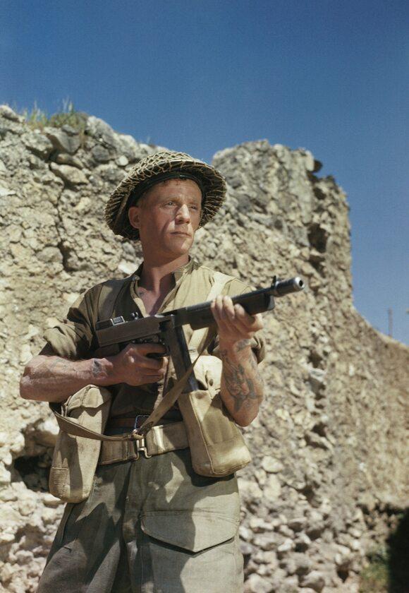 Kapral M. Smith pozuje z pistoletem maszynowym Thompson w San Angelo (Włochy, kwiecień 1944 r.)