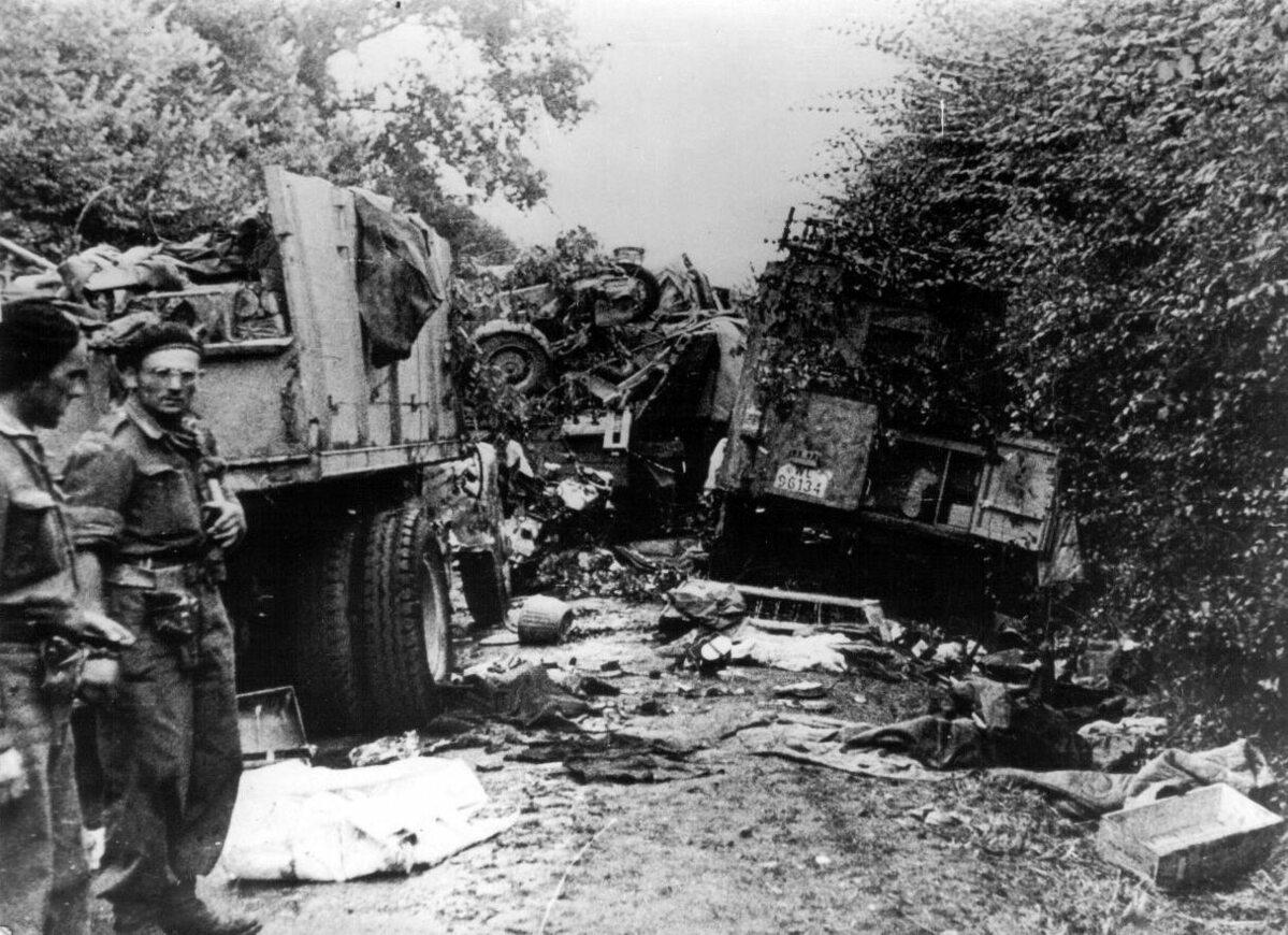 Niemiecka kolumna pojazdów zniszczona przez Polaków z 1 Dywizji Pancernej (sierpień 1944).