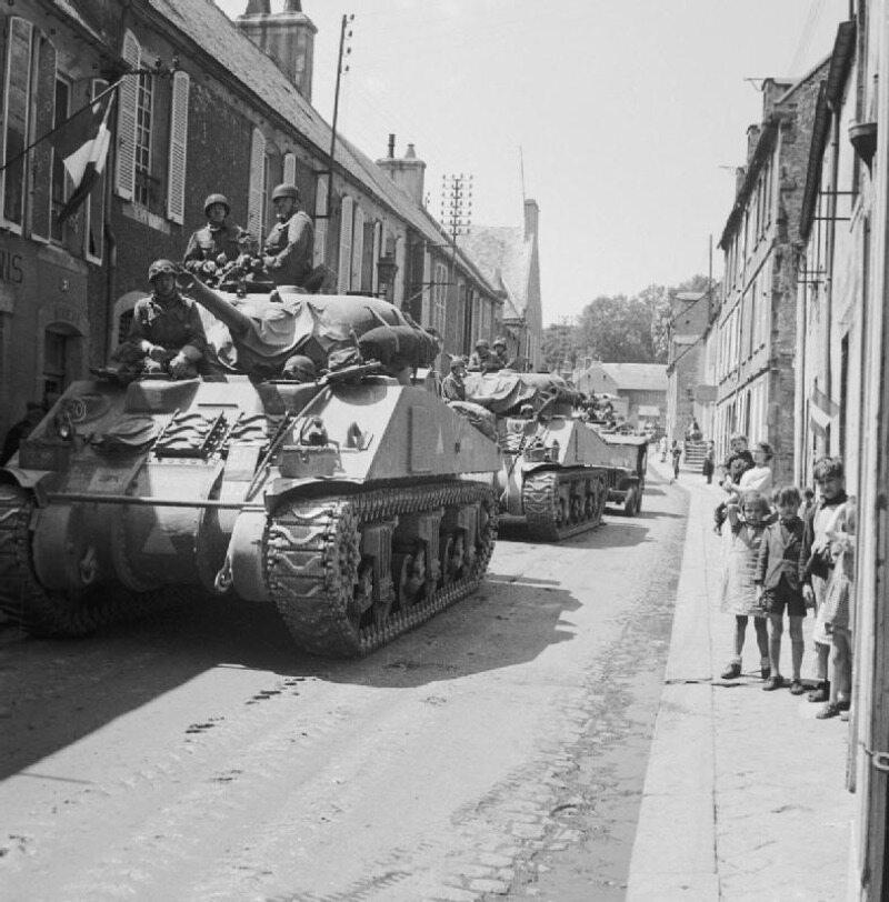 Brytyjski oddział pancerny na ulicach Bayeux. Była to pierwsza większa miejscowość w Normandii, którą wyzwolono spod okupacji niemieckiej.