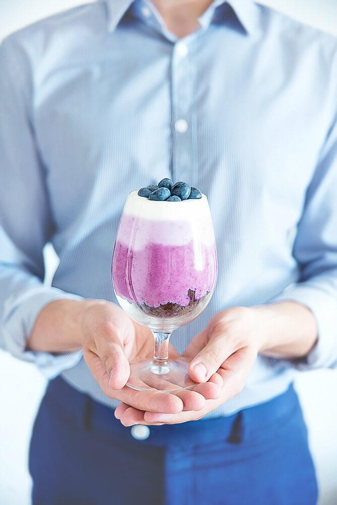 Kremowy deser jagodowo-borówkowy