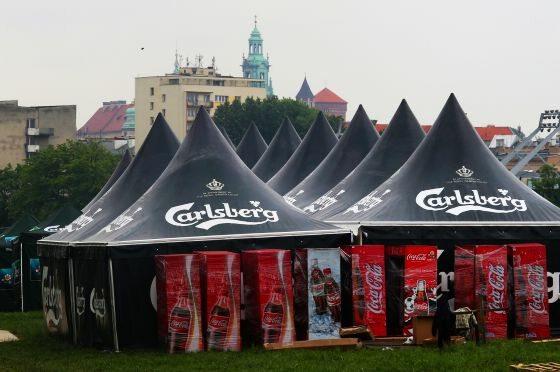 Kraków, namioty piwne przy powstającej na błoniach strefy kibica (fot. PAP/Jacek Bednarczyk)