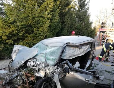 Rąbień pod Łodzią. Zobacz jak kierowca przeleciał autem przez rondo i...