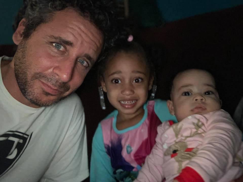 Ari Nagel z dziećmi