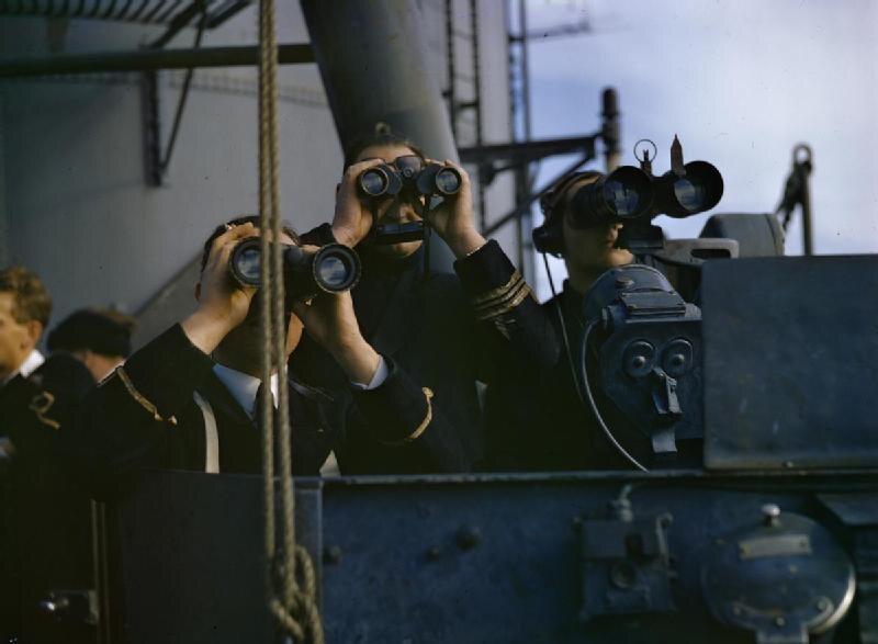 Oficerowie brytyjskiej marynarki wojennej obserwujący inwazję u wybrzeży Afryki (listopad 1942) W trakcie II wojny światowej zestrzelił 28 wrogich samolotów