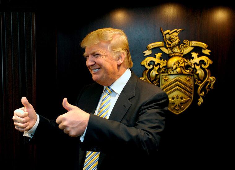 Donald Trump z własnym herbem w tle