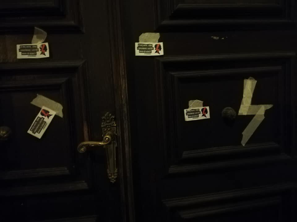 Wlepki na drzwiach instytucji kościelnej