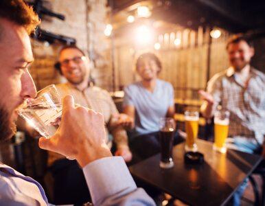 Czy po alkoholu faktycznie powinno się wypić szklankę wody?