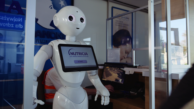 Robot wita gości naportierni Nutricia Zakładów Produkcyjnych wOpolu