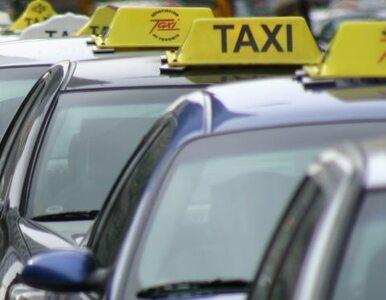 Protest taksówkarzy. Brama ratusza obrzucona papierem toaletowym