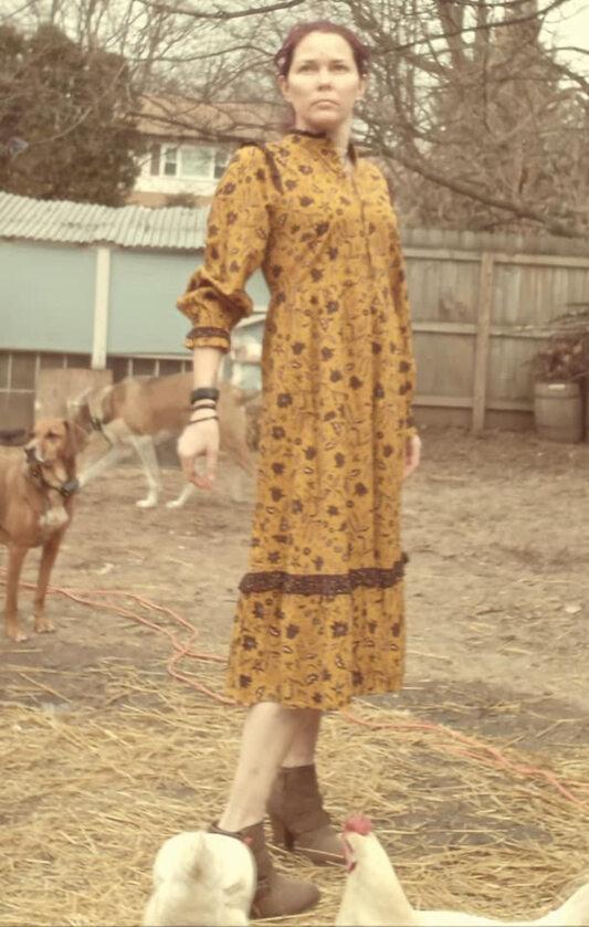 Zdjęcie w pandemicznej sukience na potrzeby #TargetDressChallenge