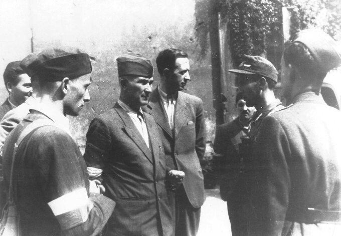 Pułkownik Antoni Chruściel (pośrodku, wfurażerce) wraz zoficerami BIP