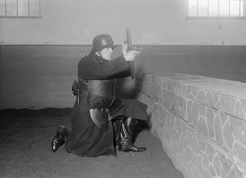 Policjant z dodatkową ochroną ciała podczas treningu z bronią (1934)