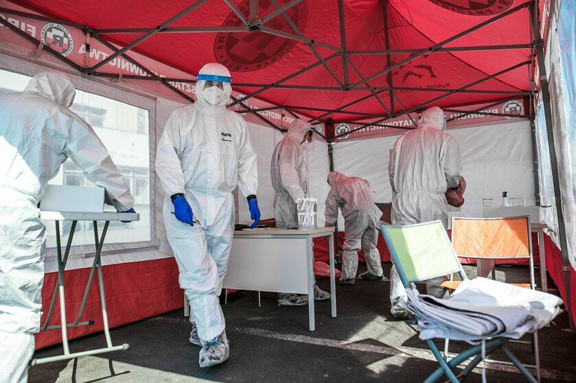 Testy na koronawirusa przed szpitalem w Rybniku