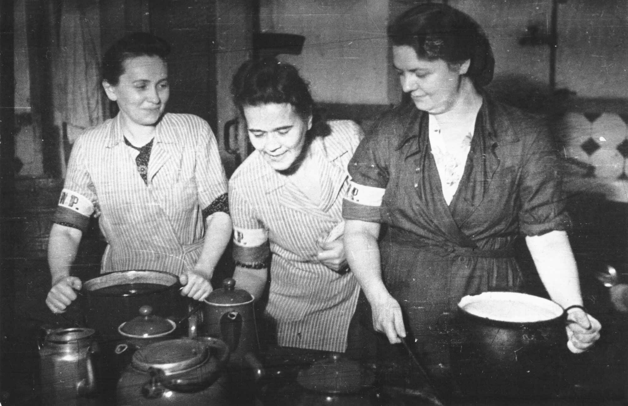 Kiedy zaczęło brakować żywności, w diecie powstańców zaczęła dominować tzw. zupa-pluj. Z czego była gotowana?