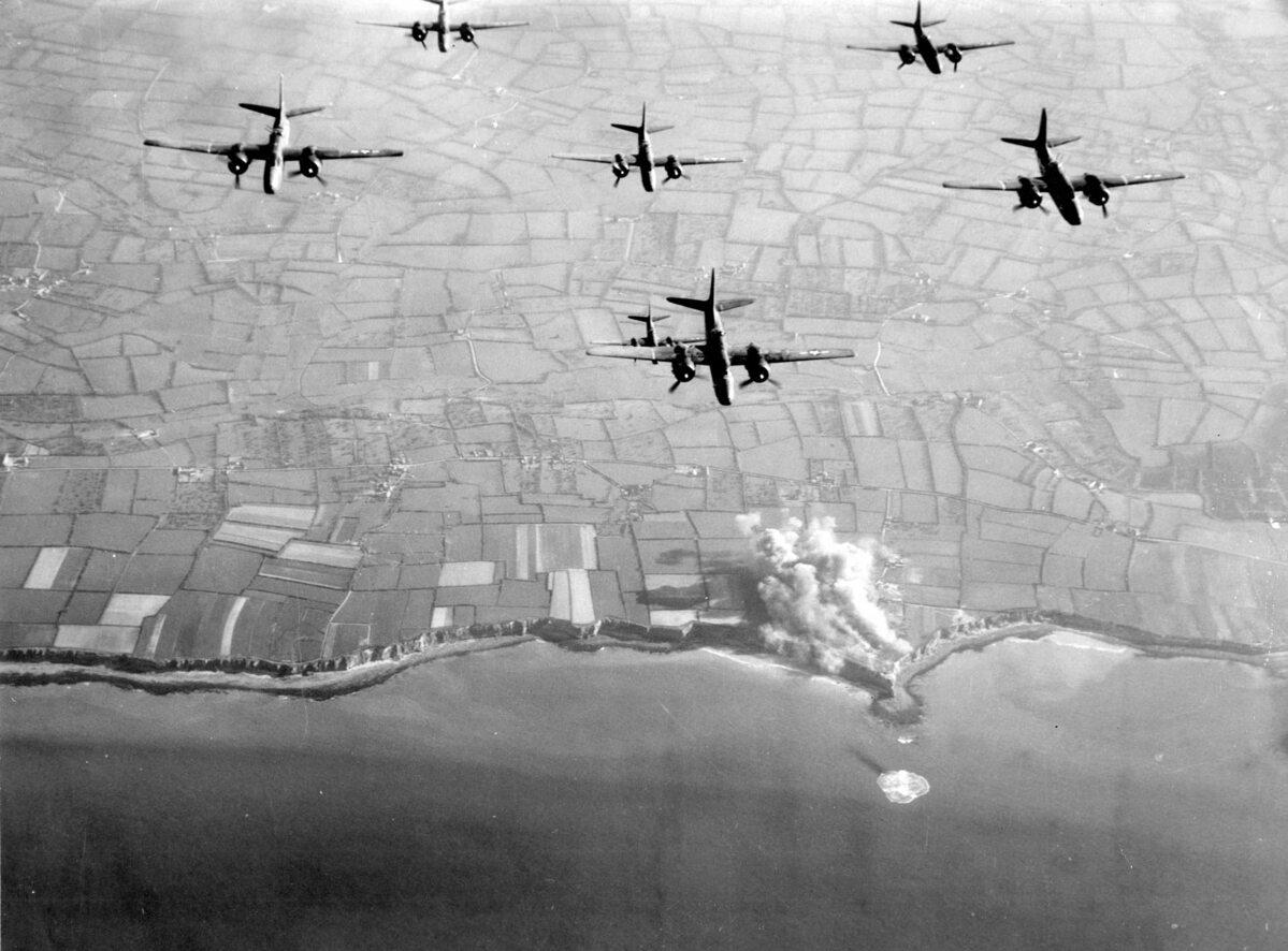 Alianckie bombardowanie Pointe du Hoc przed inwazją. 30-metrowy klif miał niezwykle ważne znaczenie strategiczne. Choć ciężko było go zdobyć, należało tę akcje wykonać, gdyż Niemcy rozmieścili w tym miejscu dalekosiężne działa.
