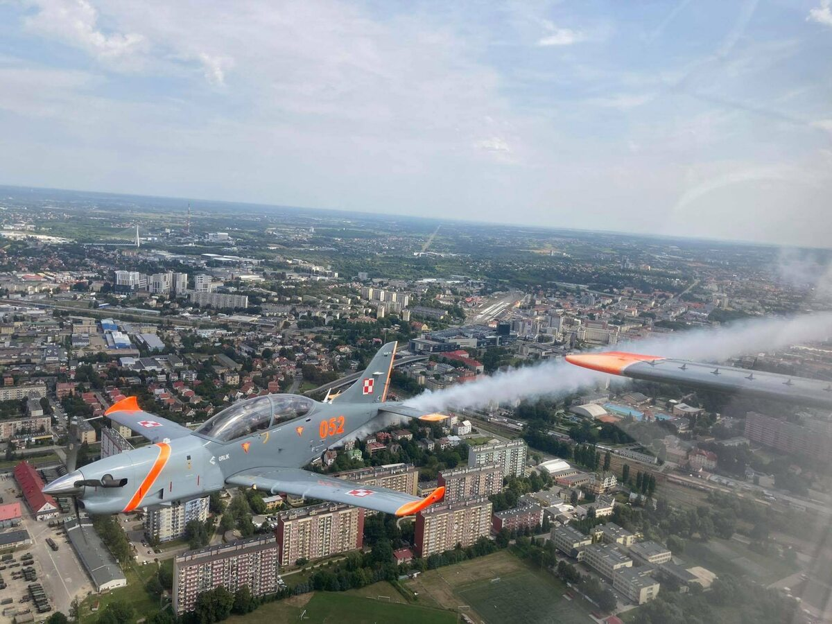 Przelot wojskowych samolotów z okacji Święta Wojska Polskiego