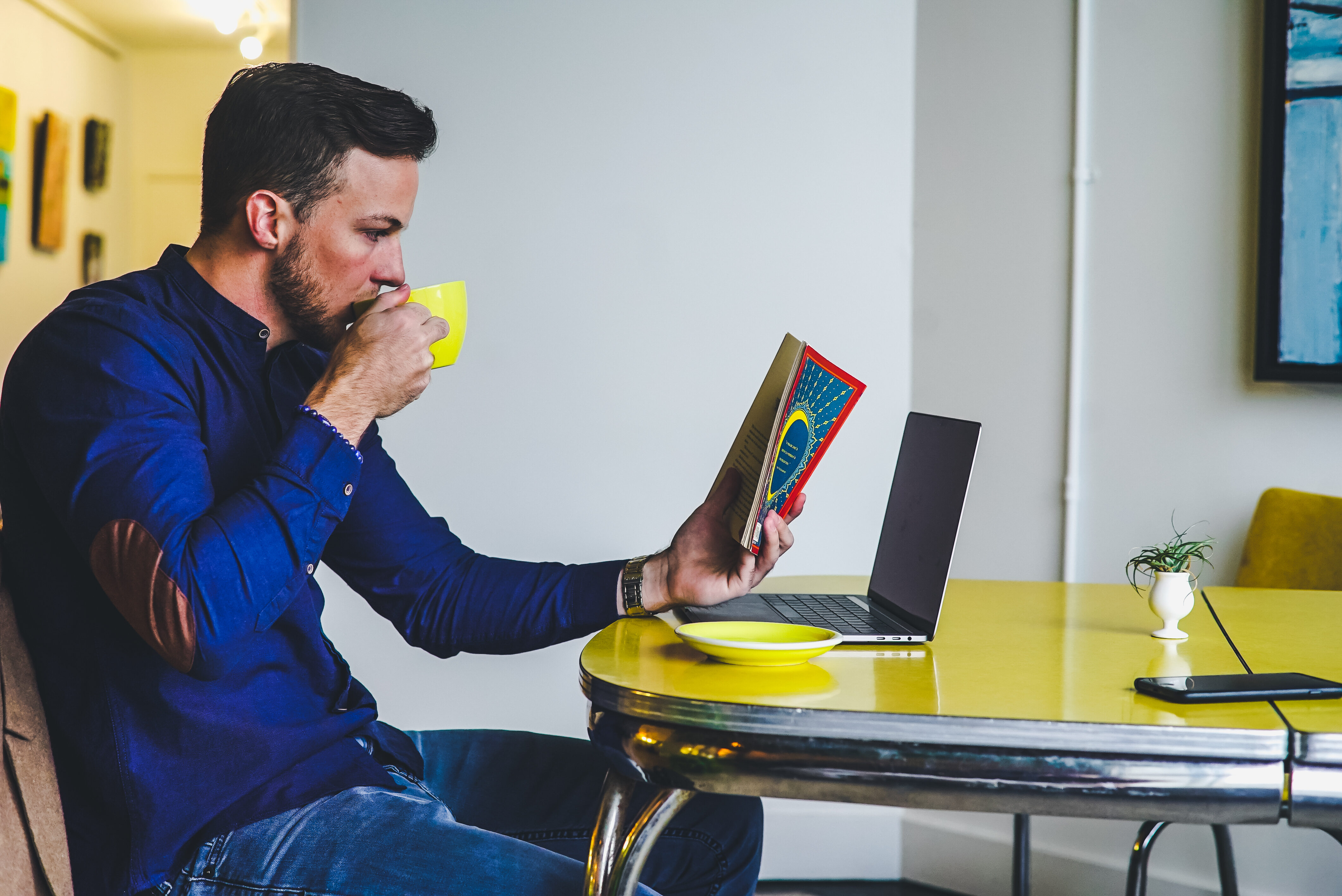 Mężczyzna z książką, zdjęcie ilustracyjne