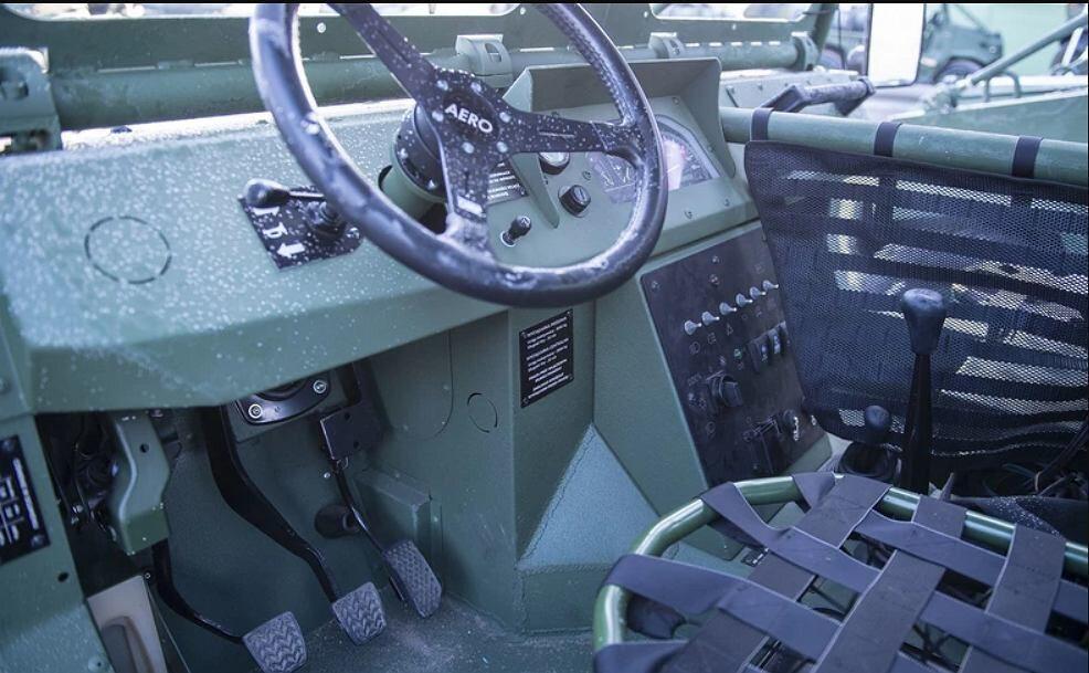 AERO 4x4 Polskie auto waży 1,8 tony. Żeby je zrzucić trzeba zastosować dwa spadochrony i powierzchni 700 mkw każdy.