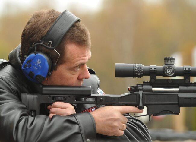 Rosyjski premier umie przymierzyć... (fot. EPA/ALEXANDER ASTAFYEV / RIA NOVOSTI )