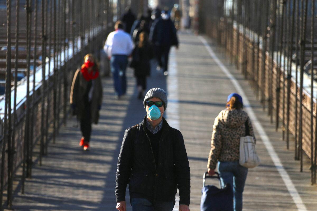 Ludzie w maseczkach na Moście Brooklyńskim podczas pandemii COVID-19 (22 kwietnia)