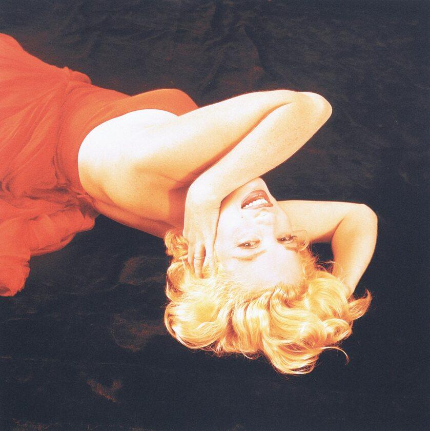 Marilyn Monroe leżąca w czerwonej sukni