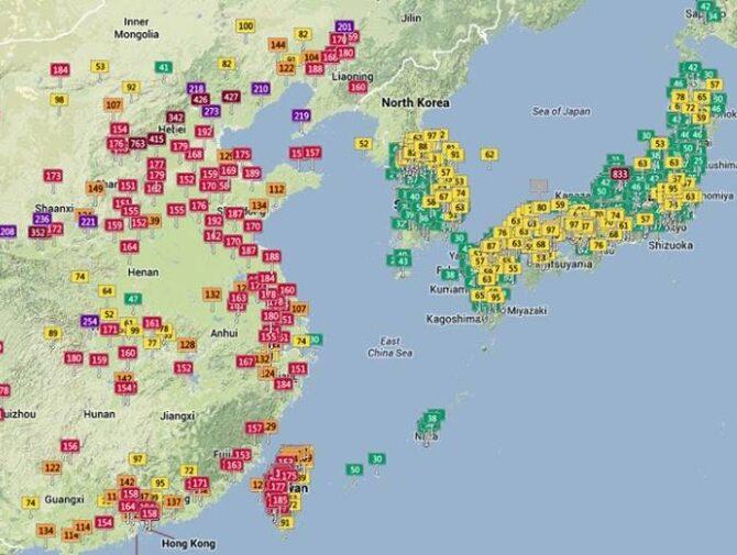 Na mapie mamy zaznaczone wskaźniki Air Quality Index. Wartość 100 (żółta) to ostatni poziom, przy którym bezpieczne jest ludzkie zdrowie. Bordowy widoczny w wielu miastach Chin to bezpośrednie zagrożenie życia