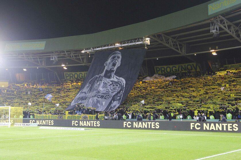 Kibice Nantes żegnający Emiliano Salę