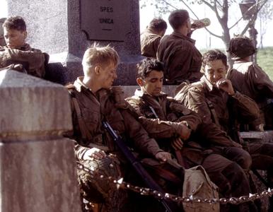 """QUIZ z serialu """"Kompania braci"""". Pamiętacie tych kultowych bohaterów?"""