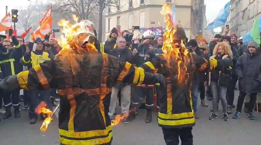 Strażacy protestują z podpalonymi mundurami