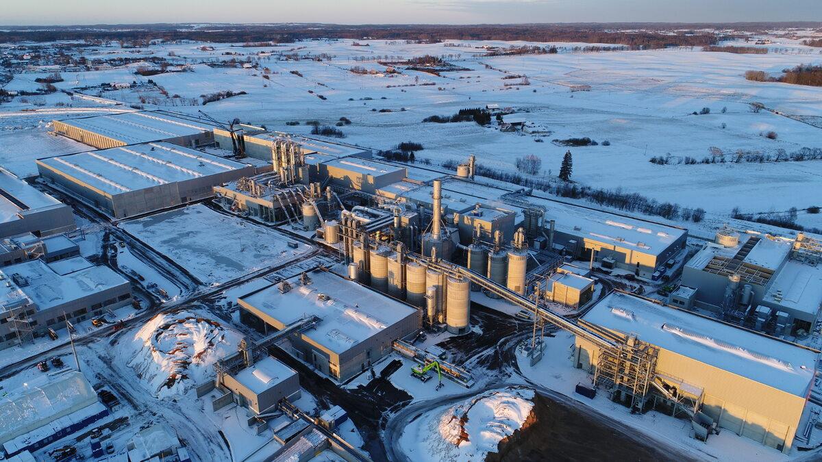 Fabryka Egger w Biskupcu Fabryka Egger w Biskupcu zatrudnia 350 osób, docelowo pracę znajdzie w niej 400 pracowników. Cały proces produkcji odbywa się w cyklu zamkniętym, przyjaznym dla środowiska naturalnego.