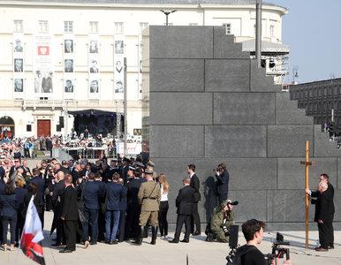 Pomnik Ofiar Tragedii Smoleńskiej słabo oświetlony. Sasin: Mamy problem