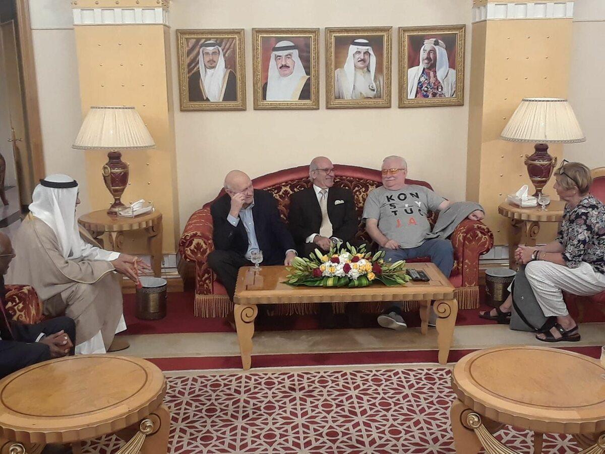 """Lech Wałęsa już wcześniej często pojawiał się w koszulce z napisem """"Konstytucja"""" Tutaj podczas wizyty w Bahrajnie."""