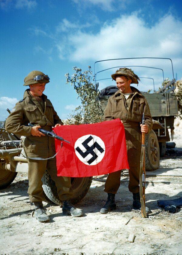 Kanadyjscy żołnierze i trofeum zdobyte na wrogu (10  sierpnia 1944).