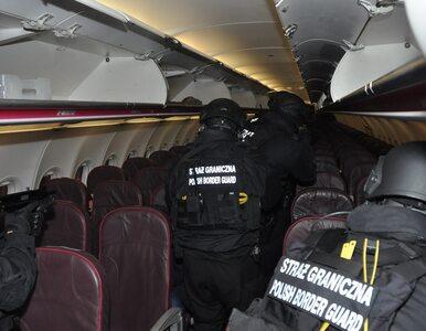Wrocław. Awantura na pokładzie samolotu. Pasażer wyprowadzony w kajdankach