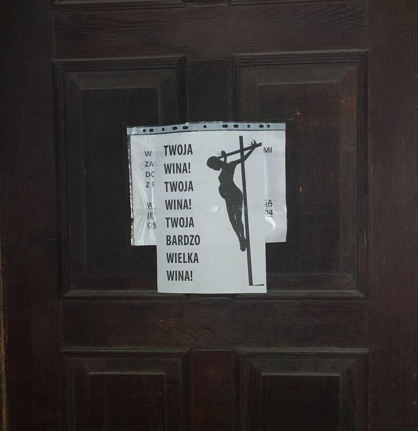 Plakat na drzwiach instytucji kościelnej