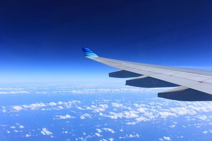 lot samolotem wchmurach