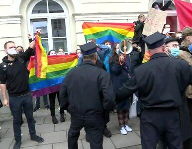 """""""Andrzej Duda ma krew na rękach"""". Prezydent wygwizdany przed inauguracją..."""