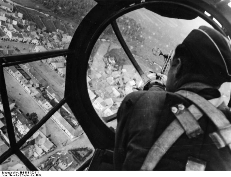 """Bombowiec He-111 nad polskim miastem """"Misja wykonana most zniszczony!""""  – ogłasza propaganda"""
