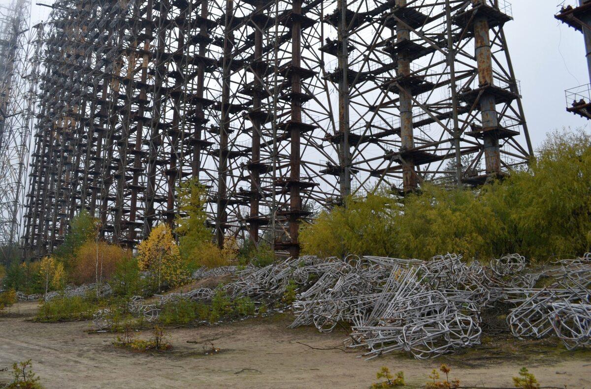 Duga Na ziemi pozostawiono aluminiowe anteny, które kilka lat temu z radaru odcięli złomiarze