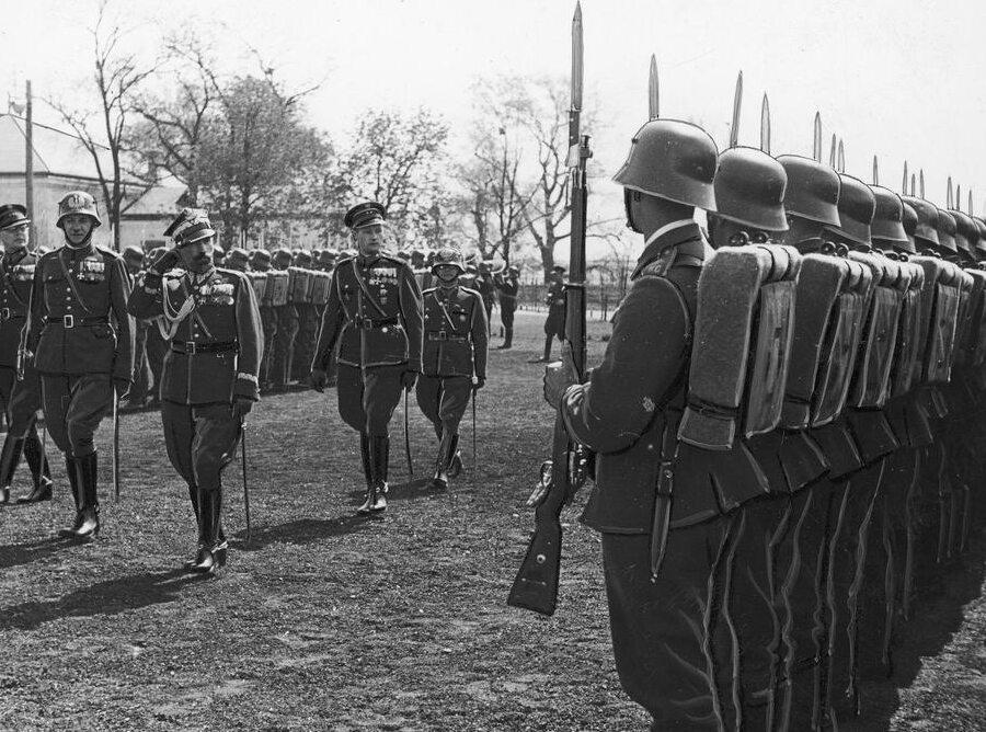 Uroczystość 3-lecia szkoły policyjnej w Golędzinowie. Komendant główny Policji Państwowej gen. Kordian Zamorski (salutuje) przechodzi przed frontem kandydatów rezerwy (1939 r.)