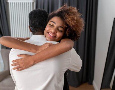 Korzyści zdrowotne płynące z przytulania. Jak dotyk leczy organizm?