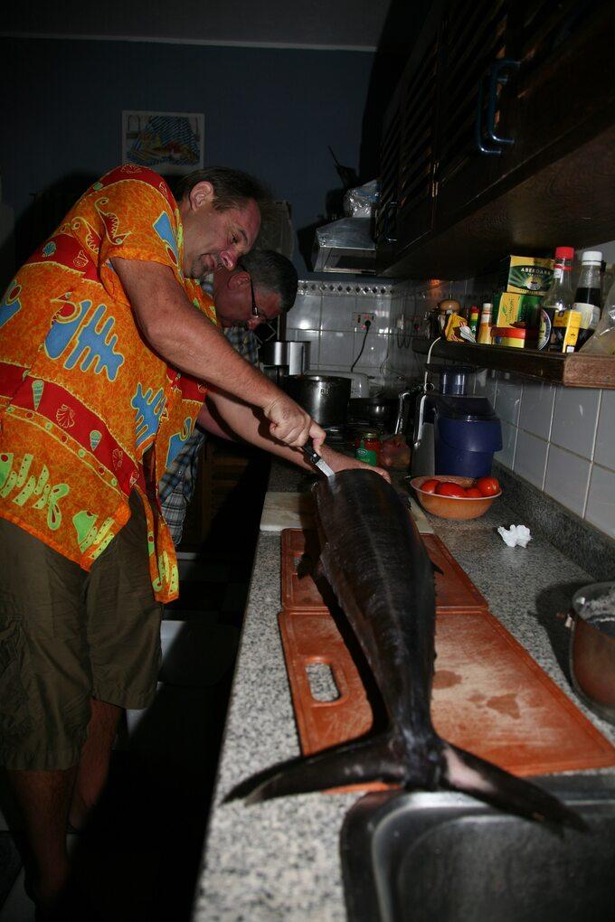 Filetowanie wahoo (solanka) przed przygotowaniem sashimi izupy rybnej