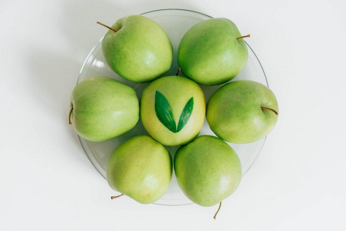 Jabłka seven green apples served on bowl
