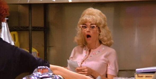 """""""Przyjaciele"""" – quiz z serialu. Dlaczego Monica nosi perukę i fałszywe..."""
