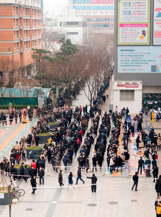 Korea Południowa. Ludzie stoją w kolejce po maski ochronne (1 marca)