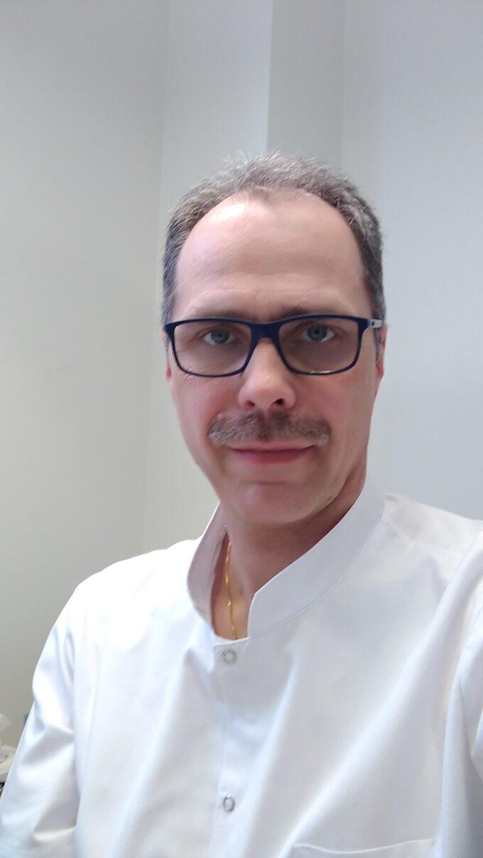 dr Paweł Wiśniewski, lekarz stomatolog, właściciel kliniki stomatologicznej Naturaldens® wWarszawie