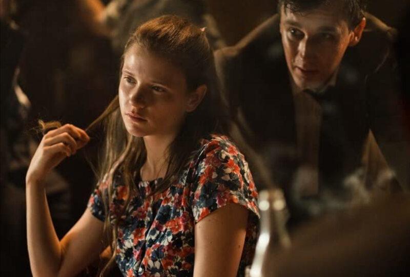"""Eliza Rycembel W serialu """"Osiecka"""" wciela się w młodą wersję poetki."""