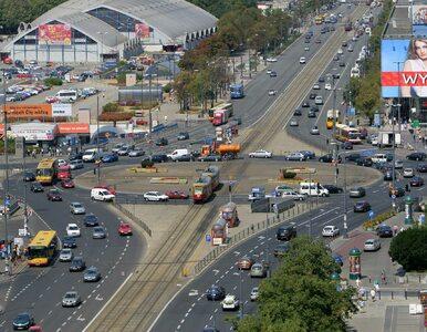 Ruch w Warszawie zmalał o połowę. A parkowanie zostaje płatne