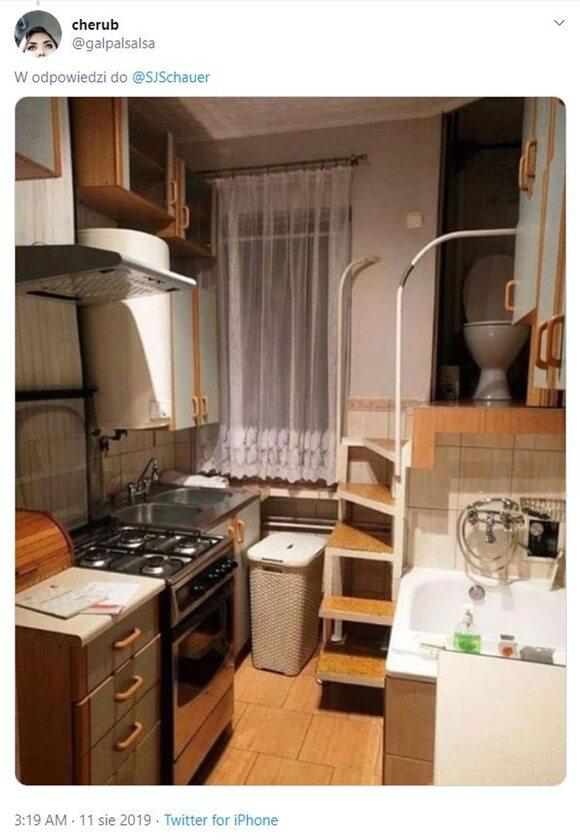 Toaleta? Idziesz do kuchni, po schodach na górę i w prawo i już jesteś. Po lewej od szafki