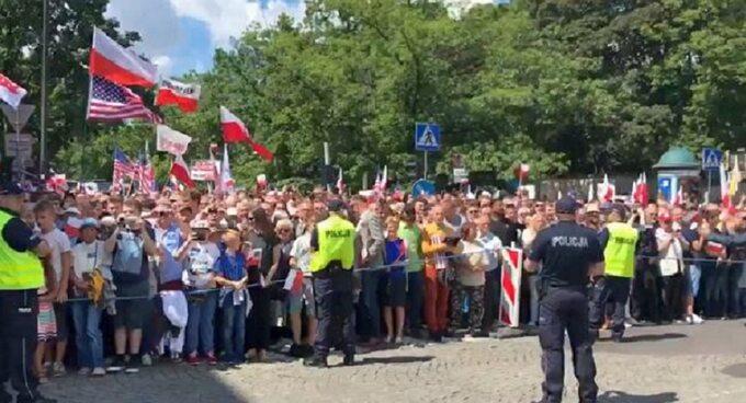 Tłum na placu Krasińskich